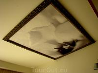 потолки украшены копиями известного фотографа... фотографии цветов которого навевают различные аналогии))
