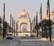 Мехико-сити. недостроеное здание парламента - оно же памятник революзионерам
