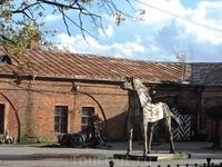 Рядом с ней размещены скульптуры местной выставки