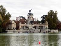 Памятник королю Альфонсо XII находится почти в центре парка дель Буэн Ретиро. Его создание началось с проведения в 1902 г. по инициативе королевы-матери ...