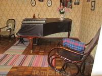 Рояль и кресло-качалка в кабинете С.В.Рахманинова во флигеле.
