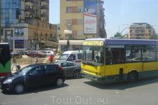 На улицах Тираны. Правила дорожного движения такие  же как в Египте и Турции