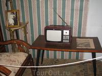 Обстановка рабочего кабинета. Журнальный столик. Радиоприемник.