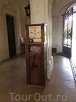 При входе во дворец (налево) кассы и магазин сувениров. Но гораздо больше меня впечатлил этот автомат по производству монет. Нужно кинуть в него монетку достоинством несколько (не помню точно) форинто