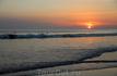 Закат. В воде много серферов, которые уходят только после заката :)