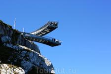 платформа AlpspiX висит на 1000м высоте над долиной, а высота над ур. моря - 2080м. Верхняяя станция канатной дороги.