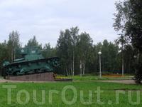 Рядом с гостиницей стоит танк - Легкий командирский танк Т-26 - участник боевых действий в районе посёлка Виланйоки (Подборовье) в составе частей 70-й ...