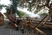 """Такие деревянные кресла, собирающиеся за пару секунд из двух досок, так и называются - """"no stress"""". Просидеть пять часов под цветущими акациями, наблюдая ..."""