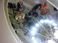 В потолочном зеркале на ювелирной фабрике