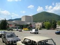Местный театр. И шикарный вид на гору.