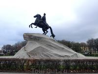 Медный всадник. Памятник Императору Петру I, на Сенатской площади, сооружен в царствование Императрицы Екатерины II. Он представляет дикую скалу, на которую ...