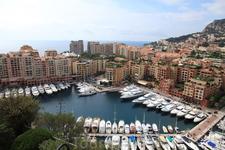 Новый район Монако ( на насыпанной - отвоеваной у моря территории) Фонвьей, здесь живет принцесса, у каждого дома есть вертолетная площадка..А где как-будто ...