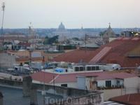 Рим. Отель Диана 3 зв. сад на крыше. Вид на вечерний город. Бросается в глаза отсутствие торчащих зданий, как это им удаётся?
