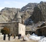 Здание монастыря на фоне живописных скал.