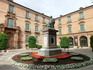 Справа от консистории расположился Дворец Архиепископа, перед которым памятник кардиналу Беллуге. Luis Antonio de Belluga y Moncada был видным политическим ...