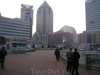 г. Шеньян . привокзальная площадь Шеньян (Shenyang) является административным центром провинции Ляонин (Liaoning). C 1625 по 1644 гг. он был столицей ...