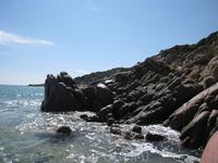 Живописное нагромождение камней близ пляжа курорта Киа...