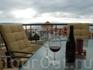 Полный релакс на террасе с бокалом вина под нежное дуновение  бриза и красоту утомленнго солнца, опускающегося в океан.