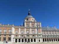 Филипп II поручил строительство дворца архитектору Juan Bautista de Toledo, который умер так его и не достроив, а его дело продолжил Juan de Herrera, знаменитому, например, участием в строительстве Эс