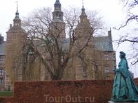 Замок построен с истинно королевским размахом.
