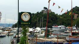 """Портофино: в городе миллионеров и уличные часы - """"ROLEX"""" :) На заднем плане, вверху - Замок Брауна"""