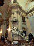 Внутреннее убранство церкви. Амвон, кафедра для проповедей.