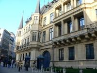 Люксембруг (королевский дворец, скромненько так и практически никакой охраны)