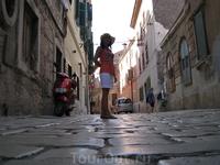 эти булыжники столетиями отшлифованы! Глаже камня я в жизни не видела, просто удовольствие ходить босыми ногами по нему.