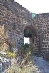 Вытянутое поперёк мыса здание замка с внешней стороны было укреплено башнями. Внутри оно делилось продольной стеной на две половины — одна, примыкавшая ...