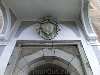 Над входом - герб Шварценбергов. Доблестный Адольф Шварценберг разбил турецкие войска в битве у венгерской крепости Рааб, и была это первая победа над турками в Европе. Получил он за победу над врагам