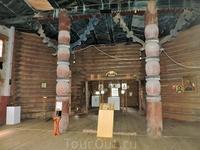 Внутри церковь напоминает... необычный храм с элементами язычества