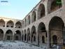 Хан Аль-Умдан состоит из двух этажей. Внутри расположен большой двор с колодцем посередине