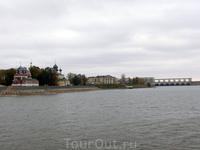 И вот показался город Углич. Слева - собор Дмитрия-на-Крови, справа- плотина Угличской ГЭС.
