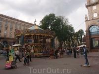 На Крещатике.   Застывшие человек-скульптуры в Украине популярны.