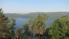 Вид с балкона гостиницы на Байкал и исток Ангары.