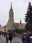Церковь Матьяша величественна, великолепна, и так велика, что не влезает в экран планшета. Из-за этого снимать её приходится с дальнего расстояния. Она построена в пышном позднеготическом стиле во вто