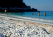 Такая белая мраморная галька на мраморном пляже.