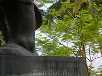 Памятник королю Лаоса.Изготовлено в ССР