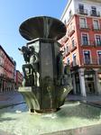 Мы удаляемся от Plaza Mayor и совсем недалеко от нее - Золотой фонтан в центре одноименной площади с фигурами древних профессий типа кузнеца. Очень милое ...