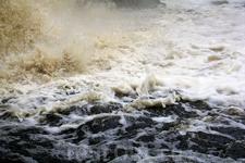 Бурлящая вода водопада Юканкоски