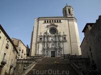 Подстать величественной лестнице пышный, украшенный статуями портал собора в стиле барокко. Кафедральный собор Жироны строился более пяти столетий. Самая ...