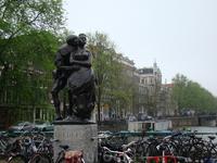 В Амстердаме очень много маленьких памятников. Кому посвящен этот памятник я не знаю!