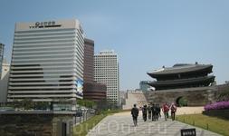 Ворота Намдэмун. Когда-то это был южный въезд в город. Сейчас это номер один в списке национального достояния Республики Корея