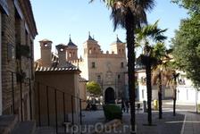 Напротив монастыря Святого Иоанна де Лос Рейес находится западный вход в старый город - ворота Puerta del Cambron, построенные в нынешнем виде 1572-1577 годах.