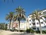 Виды Калельи: пальмы, невысокие уютные домики, чистое голубое небо над головой.