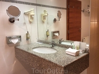 Это ванная комната. Она огромна в ней можно вечеринки устраивать.