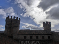 Башни замка в набежавших тучах как будто нахмурились и стали более грозными.