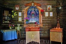 Внутреннее убранство церквушки возле источника.