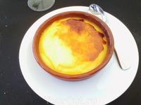 Crema Catalona - знаменитый каталонский десерт, желтки взбитые с сахаром, а сверху карамель, образующаяся когда смесь поджигают. Вкусно и необычно