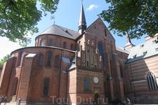 Город Роскилле, кафедральный собор. Исторически является главной усыпальницей датских монархов. Выполняет эту функцию и в настоящее время.
